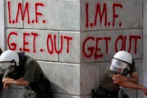 Atenție, vine recesiunea – tăiați preventiv salariile de la FMI!
